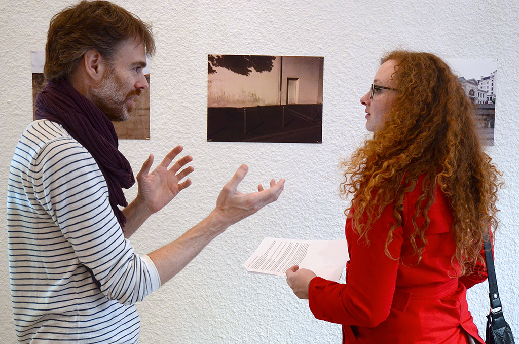Photographer Benny Andersson talking with vernissage visitor and friend Mélodie // ArtGallery Tables.empty.workshops