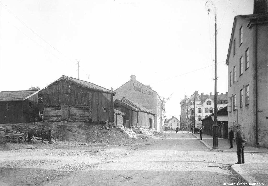 Klostergatan (24, 27) mot söder från Fredsgatan 1903 / Foto; Örebro Stadarkiv, Axel Barr / Bildnr; HB-112