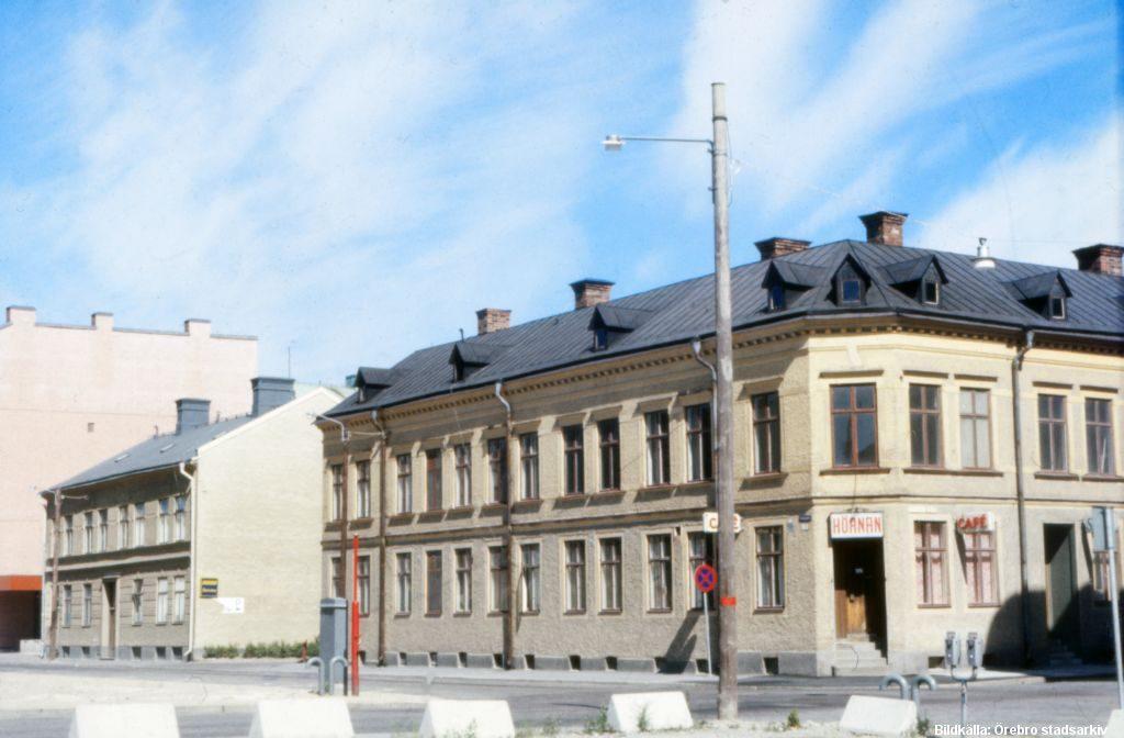 Huset mitt i bilden Fredsgatan 3, rivs 2017 - Till höger Café Hörnan Klostergatan 29, Fredsgatan 5 / Foto; Örebro Stadarkiv, Hans Andersson / Bild; PS-196-0321